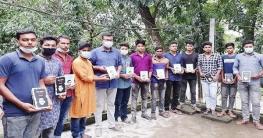 চৌগাছায় বঙ্গবন্ধুর 'অসমাপ্ত আত্মজীবনী' বিতরণ করছেন ছাত্রলীগ নেতা